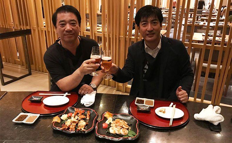 夕食時の写真。濱田社長(左)、井坂代表(右)