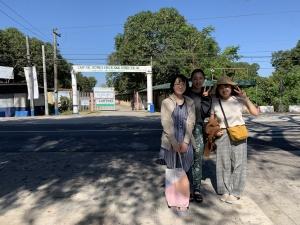 学校の正門前